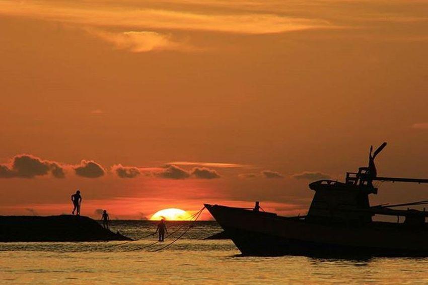 Pengunjung menikmati senja perairan laut Ternate, Maluku Utara. 12 Desember 2015. TEMPO/Aditya Herlambang Putra Tempo Tempophoto Korantempo Majalahtempo Tempo .co Pfibandung Bingkainegeri