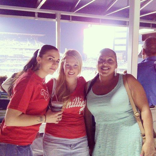 Who wears a dress to a Phillies game?? This cool chic :) Sochic Beautyqueen Beauty Brownskinbeauty brownskin Philly baseball hashtag hashtagjunkie smile