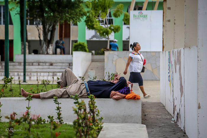 """""""echando la hueva"""" Architecture Building Exterior Built Structure Casual Clothing Day Full Length Leisure Activity Lifestyles Nature Outdoors People Real People Retaining Wall Two People Women The Street Photographer - 2017 EyeEm Awards"""