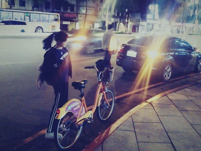 剛聽朋友說完兩個月前出的車禍🚗,沒想到一到路口就目睹擦撞🙈 誰對誰錯,非執法單位,交通法規…不另詳述🙊 凡事小心,懂得保護自己💪(行人要注意…右轉燈啊?!) p.s.謝謝李先生還記得我這個待在板橋的朋友,更新近況&快閃耶誕城🎄2017-Dec-13,彼此都還在尋找方向的路上👀 Turn Right Be Careful Friends Long Time No See Ubike Accident