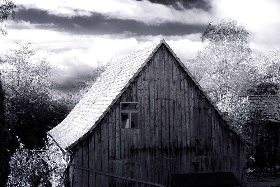 spooky 🏡 house Houses House House Houses Spooky Atmosphere Blackandwhite Nicospecial.de Nicospecial Flikr Sky No People Cloud - Sky Built Structure Outdoors Building Exterior Winter Tree Roof Day The Architect - 2018 EyeEm Awards
