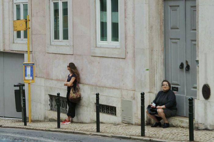 Lisboa Lisbon Portugal Streetphotography Peoplephotography Traffic Women waiting for the tram 28