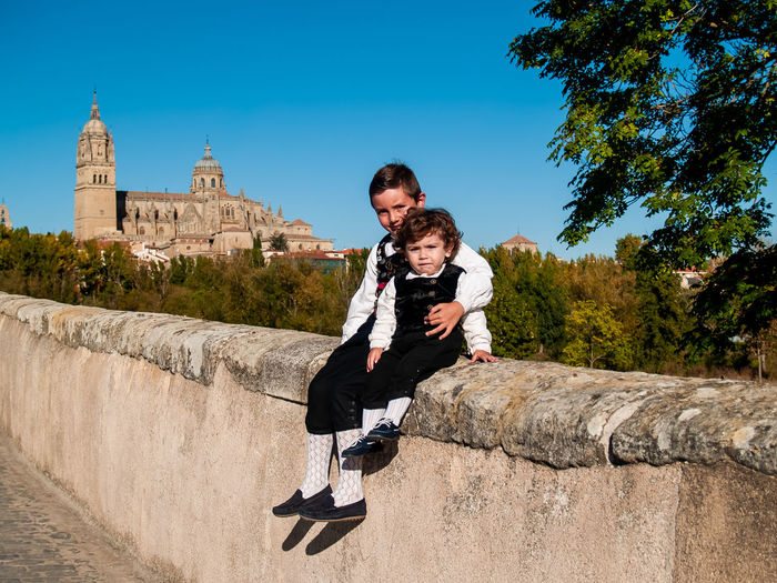 Family Child Childhood Children Real People Lifestyles Travel Salamanca Travel Destinations Tourism Tourist Destination Catedral De Salamanca Cathedral City Urban Traveler Enjoying Life Leisure Brother Traditional Clothing Spanish Culture SPAIN Love Smiling Architecture Togetherness Sky Men Boys Built Structure Males  Two People Full Length Nature Casual Clothing Building Exterior Bonding Leisure Activity Emotion Positive Emotion Son Outdoors