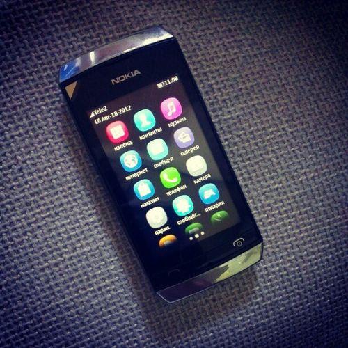 Nokia  Asha306 - один из первых полноценных тачфонов финского производителя