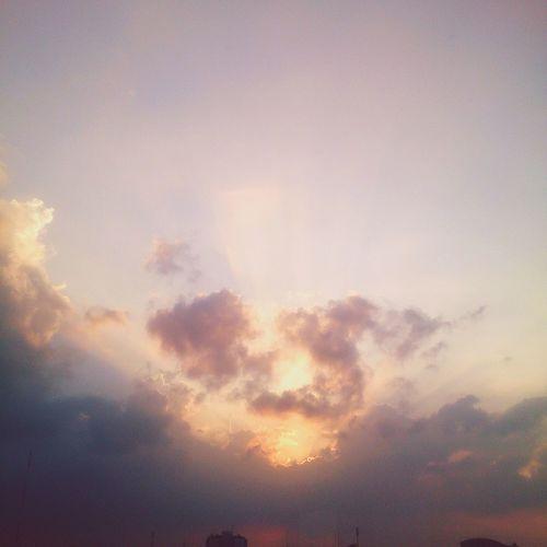 何だか神々しい雲☁光と色合いのバランスが凄く好き♡ 雲 光 色合い このバランスが凄く好き Clouds Sunlight Color Favorite Picture