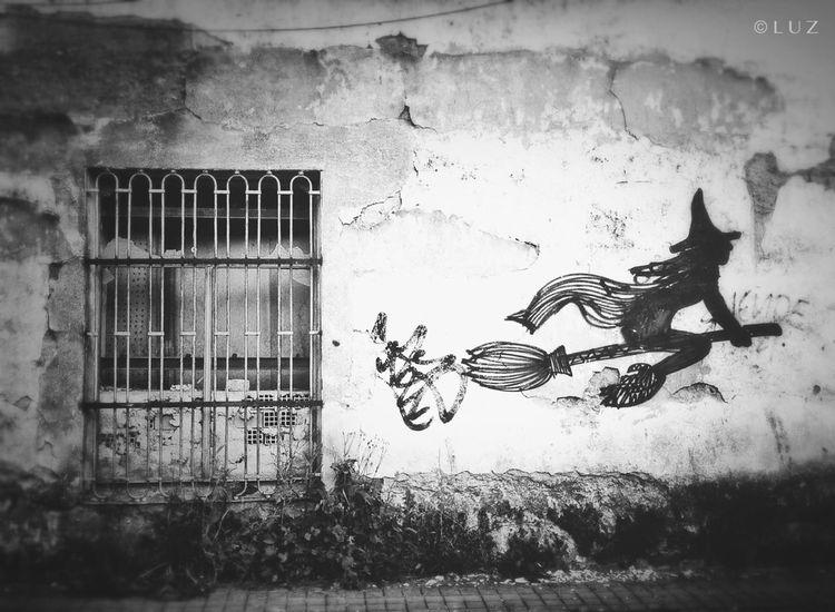 La ventana y la bruja. Streetphotography Blackandwhite SPAIN Street Art/Graffiti