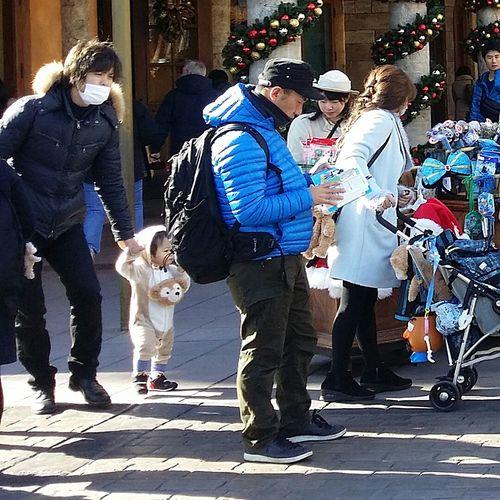 Toddler  Cute Outfit Tokyostreetphotography Japanstreetphotography Streetphotography Outdoors Resort Tokyo Japan TokyoDec2016 JapanDec2016 Tokyodisneysea DisneySea