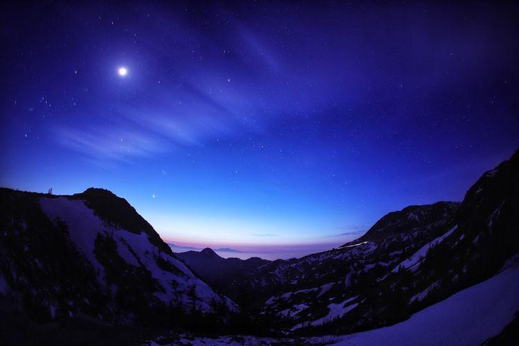 今年も志賀⇔草津が開通🙌😆でも夜間は通れない😭 Landscape 銀河鉄道の夜♪ 一目惚れんず Astronomy Galaxy Space Milky Way Star - Space Mountain Snow Winter Mountain Peak Pinaceae Moonlight Sky Only Half Moon