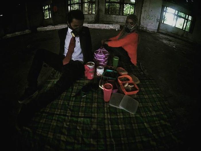 """Bandana hanging around her neck. A checkered flag and a crowd who's singing """"Save us from this life of nine to five"""" Shot by : @engineerbajakan Urbanpicnic UrbanpicnicDMI Urbanpiknik Piknikurban Juxtaposition Urbanpeople Urbex Widelens Urbanexploration Picnic Piknik Gopro Streetshared Igdumai Igersriau Seputardumai Ketemusore VSCO Streetmoobs Vnarchy Mask Black Snapseed"""
