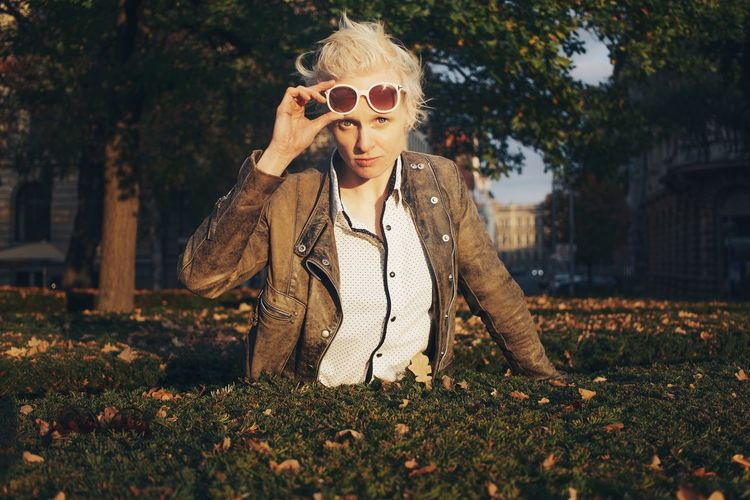 Beautiful woman in the park, white hair Swinginginaplumtree Beautiful Woman Tilda Swinton Sunglasses White Glasses Sunset Leather Jacket White Haired Woman Boyish In The Park Portrait Of A Woman Portrait Photography Brown Blond Hair White Hair Nature Sexygirl Blue Eyes Cool Attitude Strong Woman Trees In The Background White Color Red Lips Leisure Activity Professional