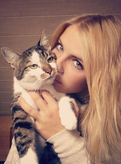 Gott erschuf die Katze, damit der Mensch einen Tiger zum streicheln hat. Cat Love Girl