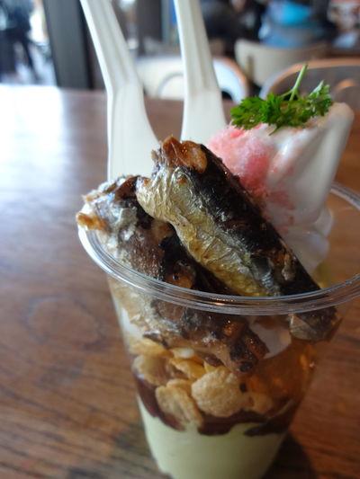 Enjoying Life Taking Photos 京都水族館 Kyoto Aquarium 桜といわしのパフェ Enjoying A Meal Sweet Food Fish いわしの生姜煮を甘いバニラアイスと抹茶アイスと小豆ソースで頂く。なかなか美味しい😄😲