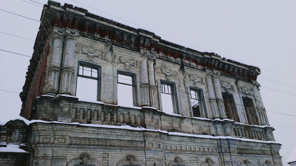 Дом без крыши, через окна видно небо. This house without a roof and through the windows you can see the sky