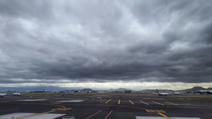 Esperando vuelo! Airpot Storm Cloud Cloud - Sky Dramatic Sky Outdoors Highway Horizontal Sky Road No People Storm Thunderstorm Day