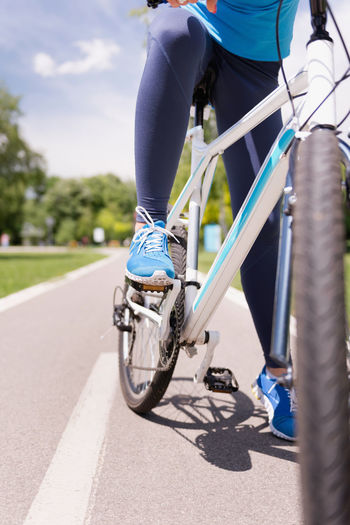 Bicycle On A Biking Track Close-Up Bicycle Chain Biking Daytime LINE Lifestyle Middle Of The Road Mountain Bike Nature Road Transportation Vertical Composition Activity Bicycle Bicycle Frame Bicycle Pedal Blue Day Female Gear Mountain Biking Outdoors Park Riding Bike Sport