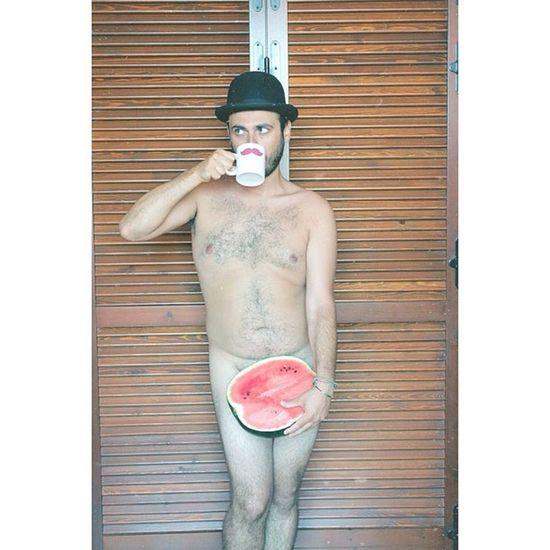 Sexy Elio per Chiaralascura. Uomo nudo con baffi, anguria e bombetta. Fa molto Magritte e Monty Python. Ascoltate i Lanalosgia su youtube! #chiaralascura #pink #mustache #mug #picoftheday #instafun Pink Mustache Mug Picoftheday Instafun Chiaralascura