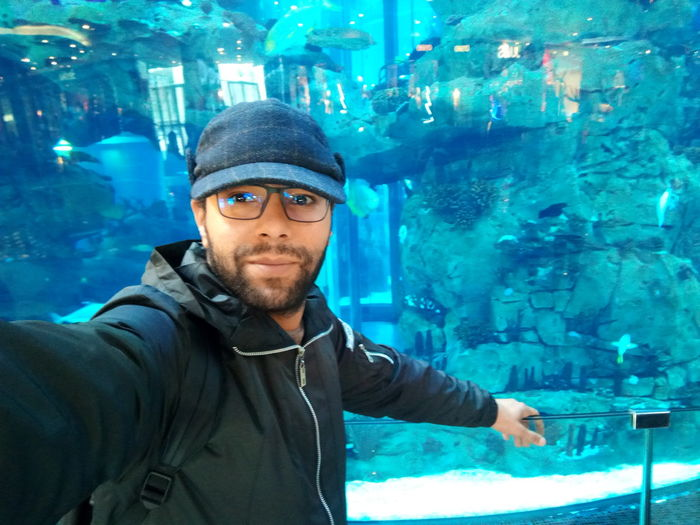 près de l'aquarium du Morocco Mall Aquadream Bleu Blue Ader Reda Dendouny Casablanca Casablanca, Morocco Aquarium Aquarium Photography Morocco Morocco Mall EyeEm Selects Mid Adult Men Looking At Camera Portrait One Man Only One Person Only Men First Eyeem Photo