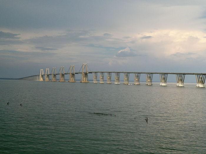 ¡El Coloso! Puente Rafael Urdaneta sobre El Lago de Maracaibo. Bridges Construction Maracaibo Puente Rafael Urdaneta Tranquility Transportation Lago De Maracaibo Lake View Tranquil Scene