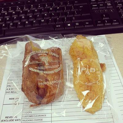 """Tối qua """"trồng"""" đưa cho túi bánh, nói mai mang lên công ty ăn sáng, còn bảo rủ bạn thân ở công ty ăn cùng nhé @bichngoc102 :)) Thấy cưng mà ưng ghê :)) Bread Breakfast Parisbaguette 2601 socaring saturday feelloved"""