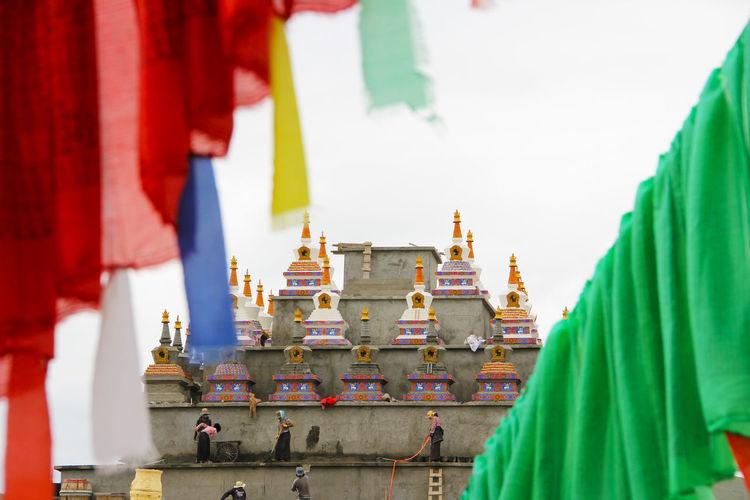 经幡 Prayer Flags  Religion Place Of Worship Belief Spirituality Outdoors Building Buddhism Buddhist Temple Buddhist Flag Buddhist Flags Buddhist Buddist Culture Architecture Built Structure Real People