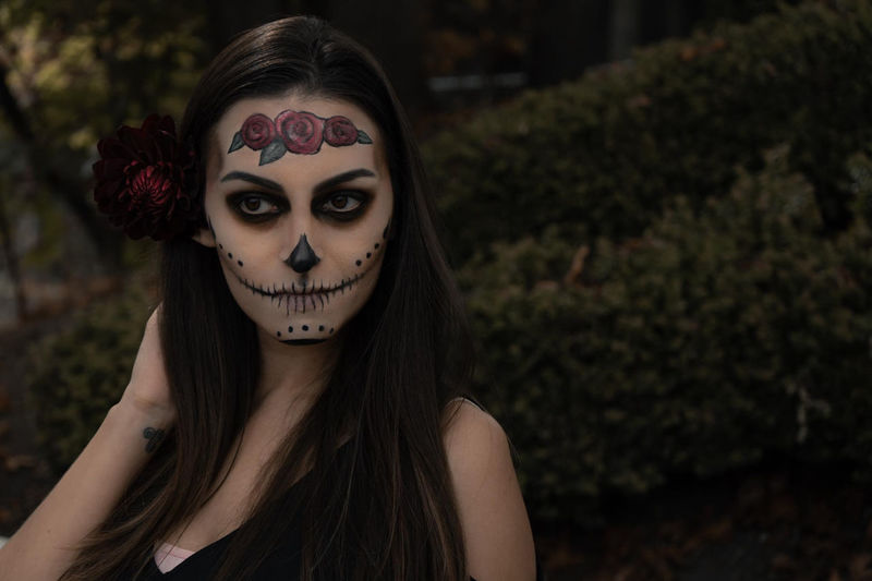 Sugar Skull Skulls Dia De Los Muertos DIA DE MUERTOS Mexico Mexican Skeleton Face Paint Make Up Makeup Portraits Unique Perspectives Girl Calavera  Halloween Autumn Dahlia Sunflower Roses Death Lifestyles Green Background Dressed Up Flower In Hair Dark Portrait