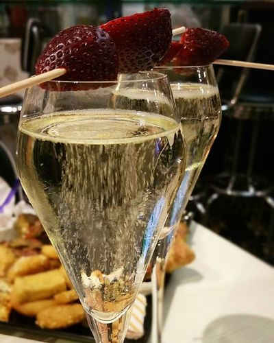 🍷 Aperitivo  Aperitif Aperitivotime Bollicine Prosecco Proseccotime Friends Brindisi Strawberry Cincin Instagood Instalife Instadaily Messina Photooftheday Dailypic Picoftheday Dailyphoto Wine