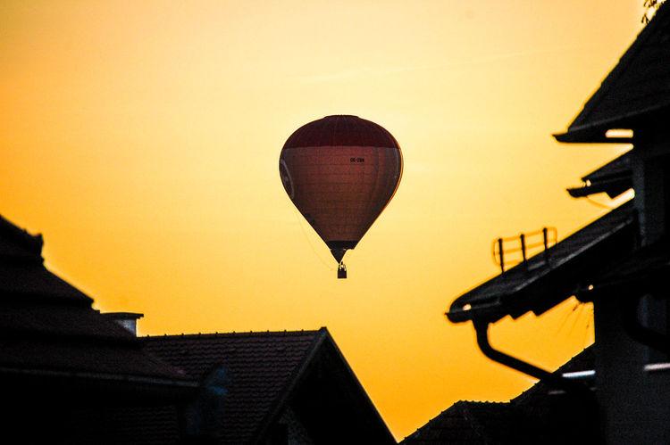 Heißluftballon im Abendhimmel Heißluftballon Landungsbrücken  Abendhimmel Adventure Building Exterior Clear Sky Flying Hot Air Balloon Nature No People Outdoors Silhouette Sky Sunset The Week On EyeEm Best Shots Hofi