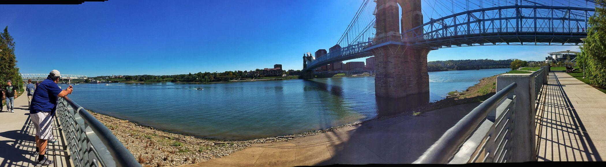 Streetphotography Bridge River View Family