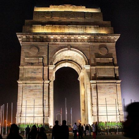 """We were going back to hotel from Lotus Temple... It was damn cold... We all were shivering... Then suddenly Sir asked,""""Do you want to go to India Gate or should we go back to hotel?"""" We all yelled,""""India Gate...!!!"""" And when we reached, we were like """"Click...!"""" """"Click...!!"""" """"Click...!!!"""" TBT  Throwback IV Delhi Amarjawan India Indiagate Magnificent StandingTALL ProudHeritage"""