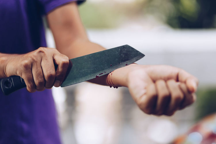 Knife Casual Clothing Close-up Communication Day Effort Finger Focus On Foreground Front View Hand Holding Human Body Part Human Hand Leisure Activity Lifestyles Men Midsection One Person Outdoors Real People Sport Standing