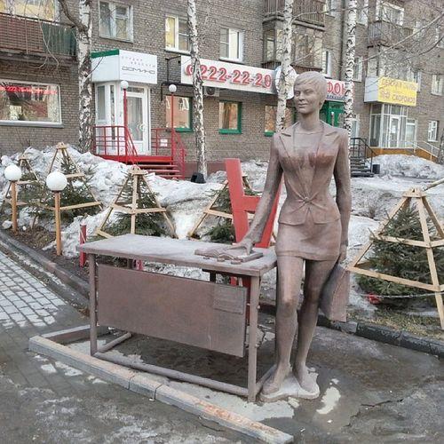 2014 -03-22, Новосибирск , улицаМичурина . скульптура секретаря-референта;)))/ Novosibirsk. Sculpture of office woman;)))