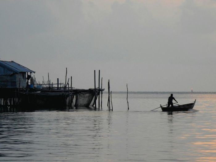 Nautical Vessel Only Men Fisherman Transportation Gondola - Traditional Boat Mode Of Transport Sea Cultures Outdoors Water One Person Sky One Man Only Beauty In Nature People Nature Adults Only Rowing Adult Gondolier Sunset