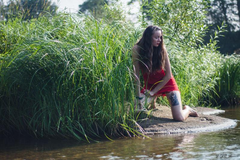 в красном Beauty In Nature Portrait VSCO Nature Gerl Female Water 2016 Russia Nikon People Woman Young Women Green Grass 🌱