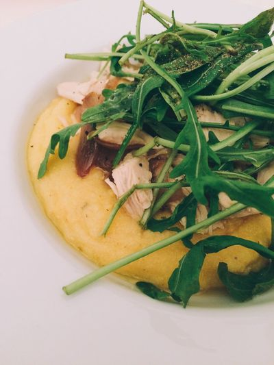 Polenta with chicken, caramelized shallots and arugula 👅
