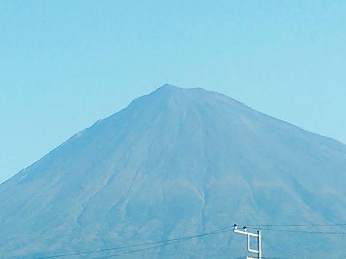 おはようごさいます(⌒‐⌒)ノ 久しぶりの投稿(笑) 今朝は良く晴れた秋空に 富士山 がくっきり 思わず パシャリ