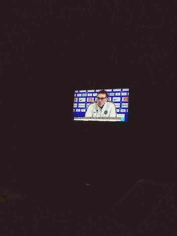 Dans la salon, ya éteint, je regarde le Tv lol