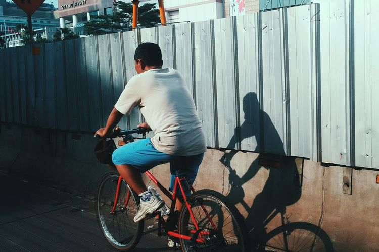 Sport Motion Cycling Bicycle Outdoors People Embrace Urban Life waiting game The City Light Welcome To Black The Street Photographer - 2017 EyeEm Awards