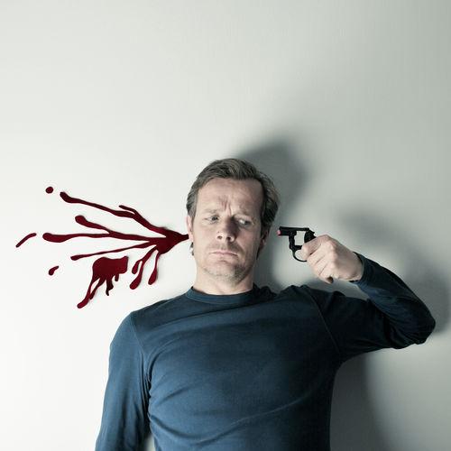 Selbstmord Shoot Waffe Blut Blutspritzer Fake Mord Pistole
