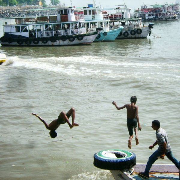 These naughty kids would climb up to the Ferry to tease the owner. Then one time, he gets annoyed and run after to beat them. Kids had no other option but to jump into the waters, ...and that's what they did to escape! Jumpstagram Igvjumpstagram Instagram_ahmedabad