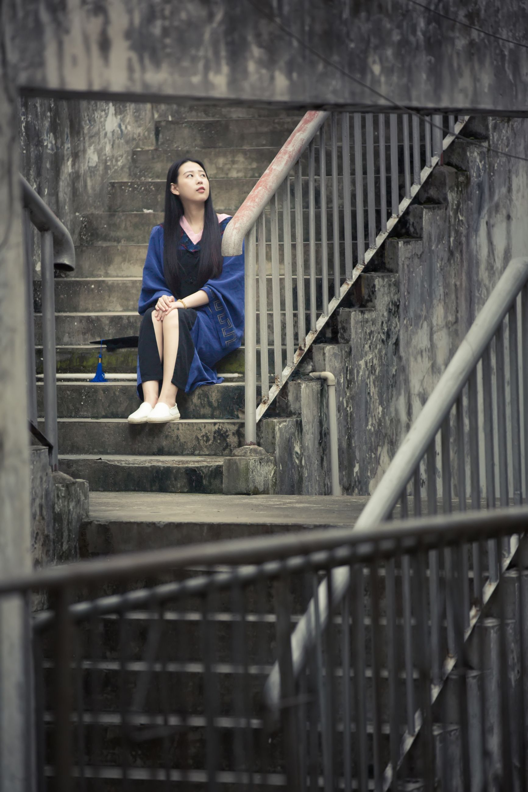 railing, casual clothing, lifestyles, full length, leisure activity, standing, portrait, day, outdoors, leaning, focus on foreground, stairs