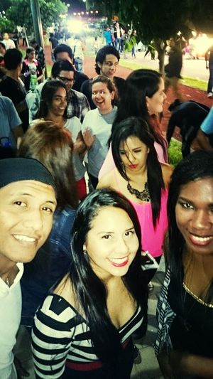 Friends♡♡ A Funky Me Smile ✌ Party All Night hasiendo la cola para entrar a ver al mejor DAVID GUETTA..!!♥