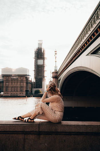 Big Ben Beuatiful Beautfildestinations Beautiful Woman London England Architecture Built Structure Real People Building Exterior One Person Lifestyles Sky Young Adult Leisure Activity Young Women Sitting Adult Full Length Women Nature Day Relaxation Casual Clothing Outdoors Hairstyle Contemplation