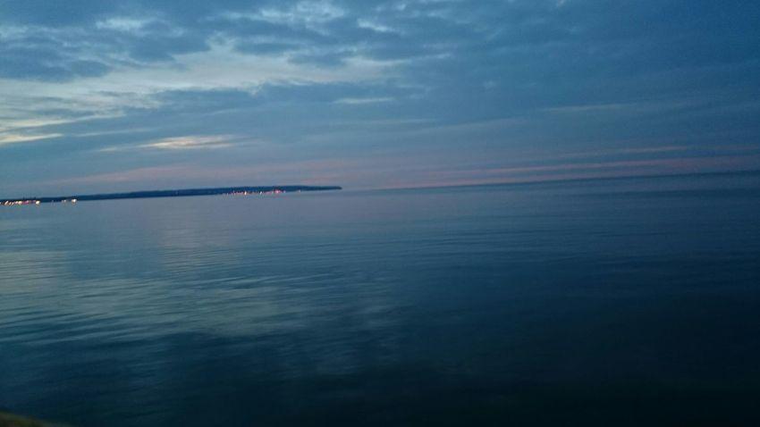 Blick von Binz über die Ostsee. Mukran und Sassnitz als Lichtpunkte auf der andeten Seite der Proraer Wiek