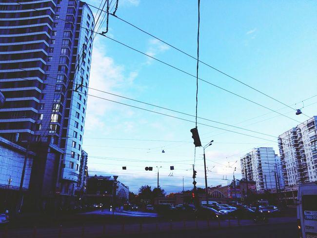 Взгляни: дороги, шум моторов Все это так обычно, Но в каждом звуке мимолетном Есть вздохи облаков. Sky City No People Cloud - Sky