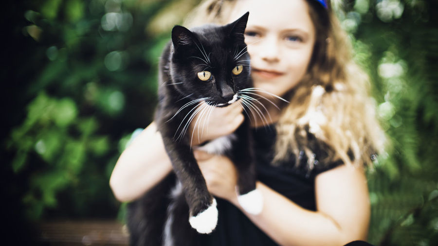 Pets Domestic Cat Domestic Cat Domestic Animals Feline Mammal One Person One Animal Portrait Focus On Foreground Women Real People Vertebrate Looking At Camera Day Lifestyles Hair Outdoors Hairstyle Whisker Pet Owner