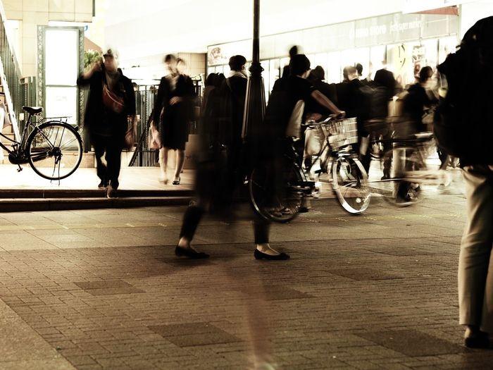ほんのちょっと考え方を変えたら、世界が開けて、気持ちが楽になって、写真を撮るのがまた楽しくなったよ♡ Olympus OM-D E-M5 Mk.II Tokyo Street Photography Bleach Bypass Blurred Motion Motion Group Of People Real People Bicycle Transportation Men Lifestyles Large Group Of People City Women