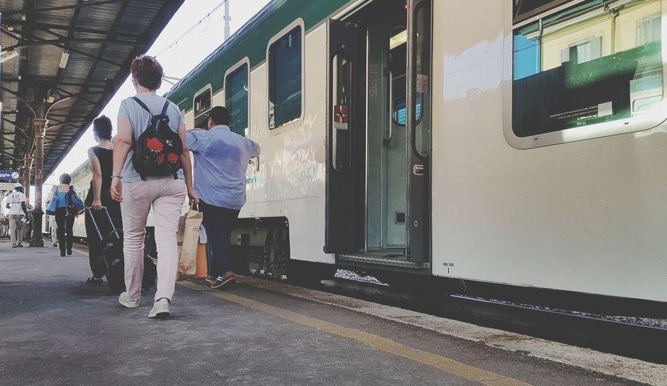 viaggiatori Treno Viaggio Passeggeri Pendolari Carrozza Trein Building Exterior Railroad Station Transportation Building - Type Of Building Metro Train Train - Vehicle Train Closed Door