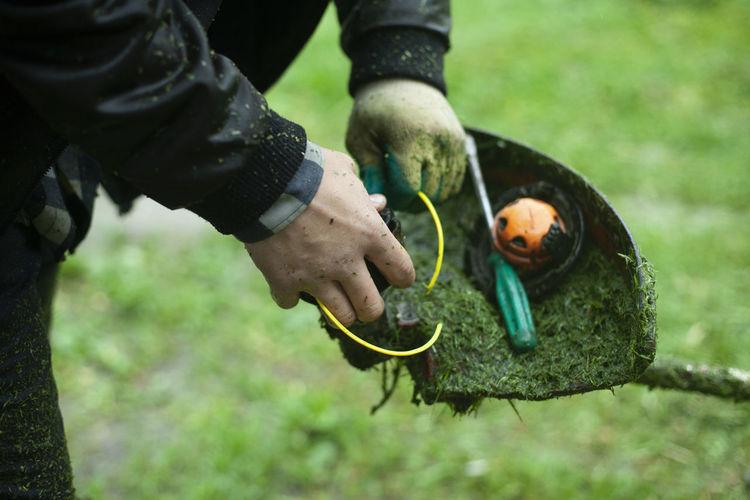 Lawn mower repair. saodnik's tool. the lawn mower is defective.