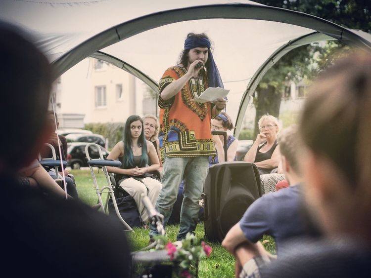 Weed and colorful - MAinLoveWithCreation and Big Boy Speaking The Truth in/of Grass Poetry Poetry Slam Speak Speaker Speak Up Spoken Word Having Fun Colors Colorful Colorful Dress People Listening People Photography Event Photography Between The Ears  Art Artist Different Perspective Different View How I See People How I See The World - 28.08.2016