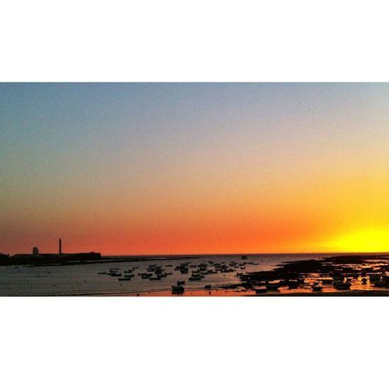 El sol se esconde en #cadiz con doncarlos_ y franssegura8 Cadiz FotoDelDia Gf_spain Iphone4 Instagood Statigram Asiesandalucia Igerandalucia Summer Igerasiesandalucia Beach Losandaluces Sun Igerscadiz Sunset Pixoftheday Andalucía Playa